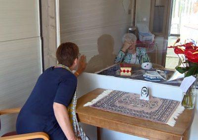 Ellen-en-Minny-kunnen-elkaar-weer-zien-in-de-speciale-bezoekcabine-Archieffoto